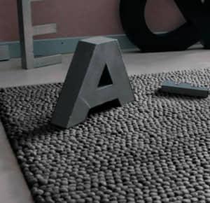 Letra A sobre alfombra gris
