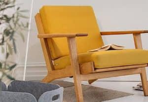 Butaca de madera clara y tapizado amarillo