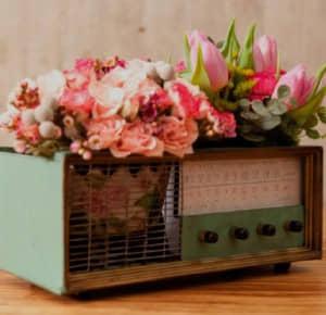 radio vieja con flores