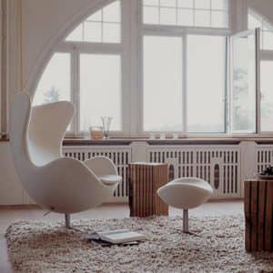 silla, cuadro y estantería